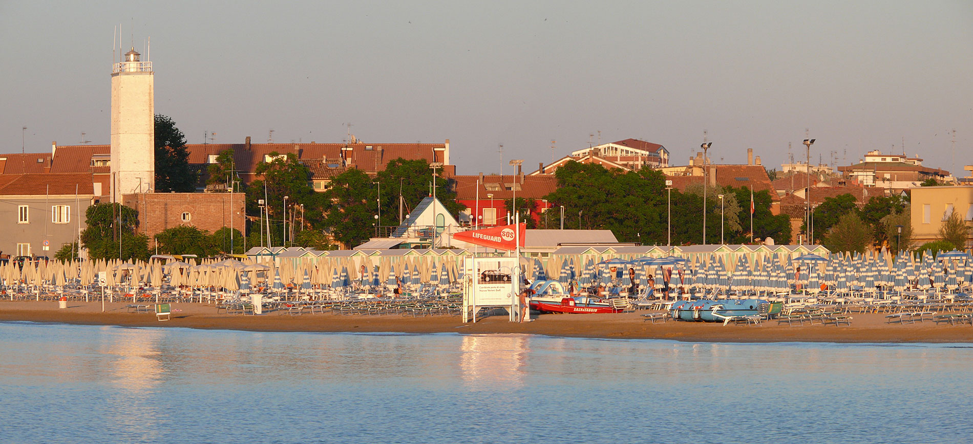 L'azzurro del mare, la spiaggia dorata…